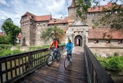 Cyclists in front of the Kaiserburg in Lauf a. d. Pegnitz_ © Nürrnberger Land
