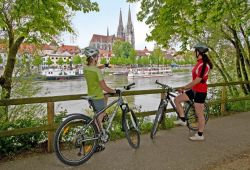 Cyclists on the Danube in Regensburg with a view of the cathedral_© Landkreis Regensburg