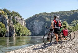 Cyclists at the Danube Gorge at the Weltenburg Monastery_ © Gabi Röhrl